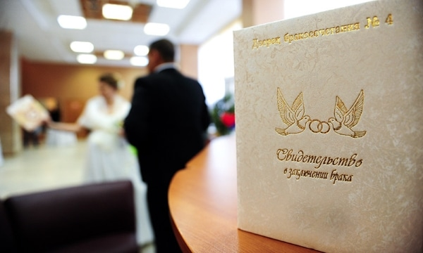 Изменение фамилии по браку: форма 1П